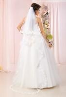 Josephine ist ein extra langer zweistufige Brautchleier mit aus Tüll mit edelem Spitzenbesatz