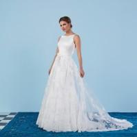 Abnehmbarer Brautüberrock mit Schleppe, durchgeführt mit Applikationen aus französischer Spitze.Länge 200