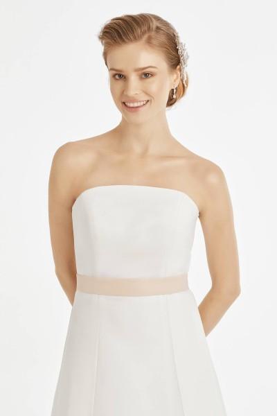 Braut mit Brautkleid und Taillengürtel BB21