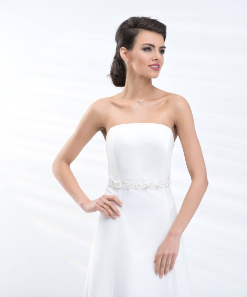 Braut mit Brautkleid und Taillengürtel BB5